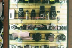 CIUDAD DE MXICO ENERO 2016/MEXICO CITY JANUARY 2016 (TheKinkyKid) Tags: street sun building film 35mm mexico 50mm iso200 calle lomography mexicocity fuji streetphotography 35mmfilm fujifilm f2 fotografia filmset 5mm filmphotography fotocallejera vivitarv3000 filmfilmforever fujiproplusii200 smspentax50mmf2