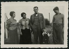 Archiv C898 Familienfreuden, 1930er (Hans-Michael Tappen) Tags: fashion 1930s child outdoor familie kind schmuck mdchen fliege gruppenbild bluse anzug costum kleidung haarschnitt frisuren 1930er fotorahmen archivhansmichaeltappen