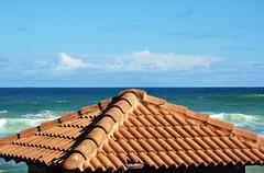 amo vê-lo! (Ruby Ferreira ®) Tags: roof brazil brasil clouds waves ship céu nuvens atlanticocean oceanoatlântico navio salvadorba braziliannortheast brokentile