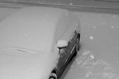 29 Mars: Encore de la Neige! (Sous l'Oeil de Sylvie) Tags: auto morning blackandwhite snow car spring automobile noiretblanc pentax parking snowing neige printemps matin ks2 stationnement enneigé 50mmpentax ilneige sousloeildesylvie