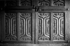 Armadio in legno del XIII sec (Mattia Camellini) Tags: wood analog furniture lucca vintagecamera analogue toscana biancoenero arredamento mobili pellicola fujicastx1 mattiacamellini fujinon1950mm