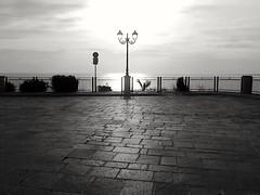 VASTOCLICK2 b/n (Giuseppe Tana) Tags: blackwhite bn piazza vacanze abruzzo vasto balconata