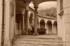 Porticato delle cappelle. - Mergozzo (Vb) Piemonte, Italia. (frank28883) Tags: cappella colonne colonnato porticato viacrucis mergozzo cappelle verbanocusioossola lagomergozzo