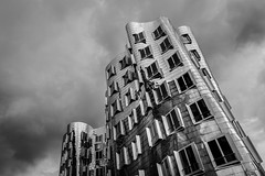 dramatic Gehry (Blende1.8) Tags: windows sky urban monochrome architecture modern clouds facade germany deutschland mono nikon contemporary fenster himmel wolken gehry moderne architektur nrw monochrom dsseldorf frankgehry duesseldorf fassade d610 glnzend 2485mm wellig landeshauptstadt metallisch