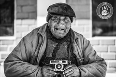 Sonra, por favor (2H Photography) Tags: portrait blackandwhite blancoynegro apple cuzco canon iso100 monocromo mac retrato photojournalism per f28 fotoperiodismo manportrait canoneos5dmarkii canonef2470mmlf28 wwwhectorvilaes 2hphotography adobephotoshopcc www2hfotografiacom adobelightroomcc