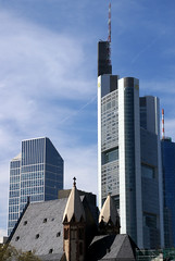 Frankfurt, St. Leonhardskirche, Commerzbank-Tower und Eurotower - St. Leonard's Church, Commerzbank-Tower and Eurotower (HEN-Magonza) Tags: germany deutschland hessen frankfurt hesse eurotower commerzbanktower stleonardschurch stleonhardskirche