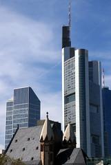 Frankfurt, St. Leonhardskirche, Commerzbank-Tower und Eurotower - St. Leonard's Church, Commerzbank-Tower and Eurotower (HEN-Magonza) Tags: frankfurt hessen hesse deutschland germany stleonhardskirche stleonardschurch commerzbanktower eurotower wolkenkratzer skyscraper hochhaus highrisebuilding
