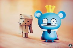 In King's shadow (FunkyPorcupine) Tags: stilllife canon toy king bokeh figurines figurine danbo vinyltoy bossybear danboard canon5dii