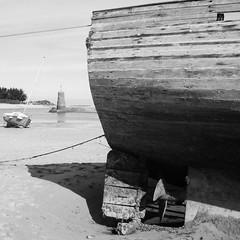O tiskuizha, Plistin (Rhisiart Hincks) Tags: blackandwhite blancoynegro bag square coast boat wooden seaside brittany quiet bare bretagne cte breizh coed blancinegre bretaa bretagna blancetnoir llydaw cwch arfordir duagwyn aod pren brodreger glanymr bretainia treger aodoanarvor llonydd anbhriotin  bretania zuribeltz prenn tawel bretanya dubhagusbn gwennhadu egur koad armorica bta sioul fiodh kostalde aodoanhanternoz ctesdunord distaw plistin sgwr plestinlesgrves ctesdarmor breta abhreatainnbheag bretaina karrez bretenvyghan     dubhagusgeal bretenvian   ciin