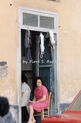 Afragola (NA), 1973, Festa di Sant'Antonio: vendita di abitini votivi. (Fiore S. Barbato) Tags: italy campania antonio festa abito santantonio feste saio votivo cordone afragola abitino