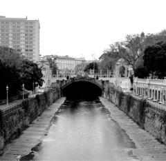 Wien_river_bw (rhomboederrippel) Tags: vienna bw monochrome river austria april fujifilm citycenter citycentre stadtpark wienfluss 2016 1stdistrict 1bezirk xe1 rhomboederrippel