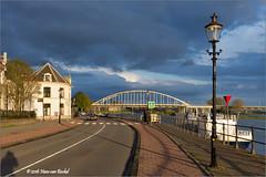 Welle - Deventer (Hans van Bockel) Tags: city panorama photoshop nikon wilhelminabrug raw nef thenetherlands wolken brug welle stad deventer ijssel architectuur locatie lantaarn rivier voorjaar nld avondzon binnenstad 1680mm d7200