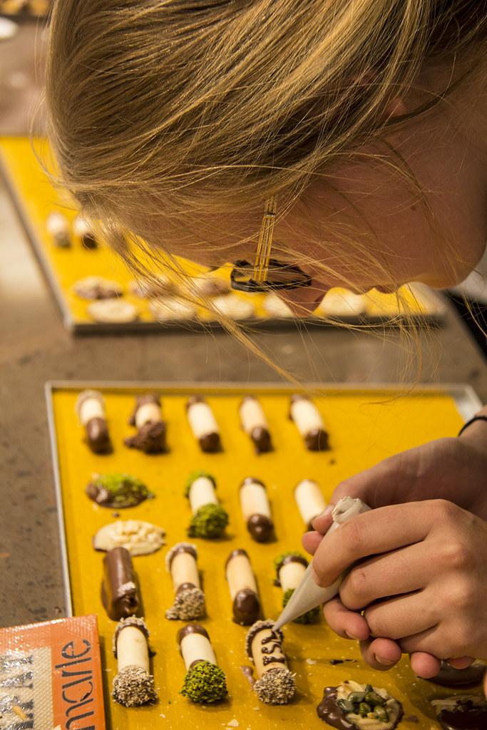 Fazendo biscoito na Kambly - Amiga escrevendo ESN no canudo de bolacha