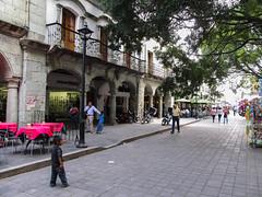 "Oaxaca: el Zócalo et ses arcades <a style=""margin-left:10px; font-size:0.8em;"" href=""http://www.flickr.com/photos/127723101@N04/25642092745/"" target=""_blank"">@flickr</a>"