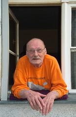 Heinz from Berlin Neuklln (sterreich_ungern) Tags: window happy fenster grandpa 44 neuklln glcklich rentner