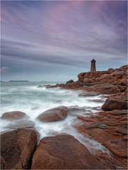 Portrait de Ploumanach (guillaumez.wix.com/photographie) Tags: longexposure sunset lighthouse seascape france men rose landscape soleil coucher bretagne roadtrip pg breizh filter nd granite perros cote paysage soir phare hitech manche pl fil ploumanach ruz gnd guirec oceanscape menruz mefoto