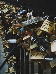 Toda baranda que se precie... (Lk3gno) Tags: chile santiago love puente amor ix mapocho baranda candados pionono candadochino
