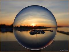 Im Senftenberger Stadthafen ... (der bischheimer) Tags: ball crystal hafen sonnenaufgang kugel lausitz bischheimer