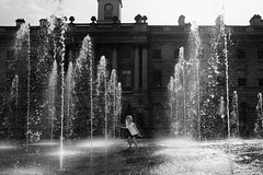 Fire ! (geoffroy C) Tags: street blackandwhite bw sun white playing black london water girl smile happy soleil noir fuji child play noiretblanc lumire candid jet streetphotography happiness nb burn somersethouse londres dodge fujifilm enfant blanc joie jetdeau decisivemoment decisive joyeux heureux jeux x100 dodgeburn x100s x100t