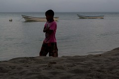 Caminante (Races annimas) Tags: costa arbol atardecer mar colombia pescador caribe pescar pelcano islafuerte arbolquecamina