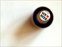 mal so gesehen ... (by Andy) Tags: beer d50 50mm bottle dof ale bier ipa schatten flasche 2016 blicknachunten zwnitzer