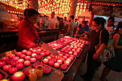 CHINESE NEW YEAR EVE'S 2016 (dinkiller) Tags: people temple buddha buddhist photojournalism chinesenewyear malaysia lanterns kualalumpur journalism humaninterest 2016 theanhoutemple canon1dmarkiii canon1dmark3