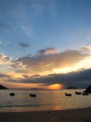 Hacia el final (nico_rata) Tags: viaje naturaleza sol azul brasil riodejaneiro relax atardecer mar barco barcos playa buzios arena cielo verano turismo naranja placer descanso