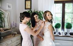 swietliste-fotografujemy-emocje-przygotowania-slubne-ubieranie-panny-mlodej-fotografia-slubna-Torun
