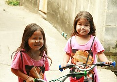 twins and their bicycles (the foreign photographer - ) Tags: girls portraits canon children thailand kiss bangkok twin bicycles khlong bangkhen thanon 400d