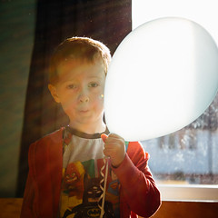 William and the Magic Balloon - IMG_0654 (s0ulsurfing) Tags: birthday light toddler magic balloon william 2016 s0ulsurfing