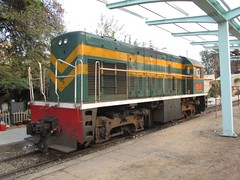 Small GE D9E-217 at Bien Hoa station, Vietnam (Barang Shkoot) Tags: station asia diesel railway loco vietnam locomotive canopy ge railways gauge indochina generalelectric metre vnr rotfai ngst dsvn d9e