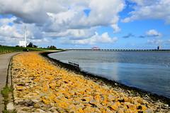 Spaziergnger am Meer - Stroller on the Sea (antje whv) Tags: clouds wolken kraftwerk ufer nordsee brcken deich jadeweserport jadebusen
