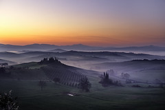 Before dawn into the valley (Massetti Fabrizio) Tags: sunset italy sun sunlight fog sunrise italia tuscany pienza toscana valdorcia sanquirico nikond4s