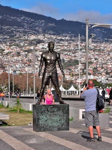 Памятник футболисту Роналду в Фуншале. Мадейра, Португалия
