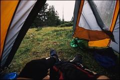 Pendant la pluie (Samuel Raison) Tags: nikon fuji vercors analogphotography argentique tente fujivelvia50 nikonf5 mountainhardwear nikoncoolscanved coolscanved hautsplateauxduvercors mountainhardweartrango31
