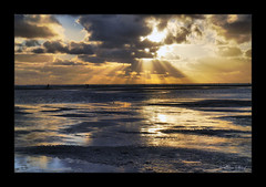 golden Moments (ΞLLΞ∩) Tags: sunset sea holland sunshine clouds sonnenuntergang sundown tide thenetherlands wolken northsea nl nordsee sunbeam texel sonnenstrahlen sunray ebb ebbe