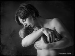 Amore e Tenerezza (leon.calmo) Tags: bw texture canon studio bambini bn mamma ritratto amore biancoenero bambina tenerezza eos50d leoncalmo