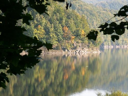 Skalisty brzeg jeziora Bystrzyckiego pod Drewnicą