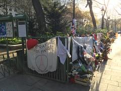 Hommage prés du Bataclan - Paris 11 (stefff13) Tags: paris pray liberté hommage drapeau paix bataclan attentat