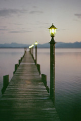 Malerwinkel (MSC_Photography) Tags: bridge sunset lake alps color reflection water bench gold lights evening abend duck wasser sonnenuntergang footbridge kodak bokeh path stage ducks bank landing chrome 200 electro alpen 35 enten ente spiegelung gs yashica chiemsee 45mm chrom lichter 117 steg f17 yashinon