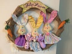 Guirlanda de coelhos (Pina & Ju) Tags: bunny cores easter boneco handmade chocolate artesanato plush páscoa guirlanda porta feltro patchwork coelho decoração tecido enfeite conejos cenoura