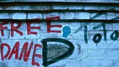 Free Data (web.werkraum) Tags: street blue red urban streetart detail berlin rot art germany deutschland typography graffiti europa artist head d wand eingang tag ks free architektur dual documentation typo neighbor toto annotation nahaufnahme association aufkleber mauer prenzelberg nachbar zeichen typographie bluehead jetzt 2016 kultura versalien dokumentation danzigerstr berlinpankow wegzeichen detailaufnahme omot streetartberlin streetheads vertrautheit bildfindung coexistent berlinerknstlerin tagesnotiz verortung webwerkraum karinsakrowski freedata collageconcept spracheerkennen