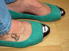 bicolored ballet flats - shoeplay (Isabelle.Sandrine1995) Tags: ballet feet shoes pumps legs tattoos flats jeans dangling ballerinas shoeplay ladypics