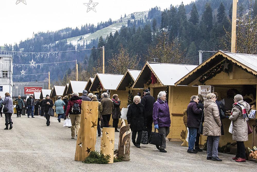 Kambly - mercado de natal externo na fábrica de biscoitos e pessoas andando