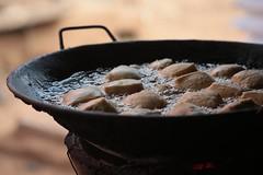 Beignets frits (Pi-F) Tags: beignet marché afrique friture ouganda