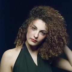 1604_Urby_Bea_3536_01 (UrBert) Tags: shadow portrait woman hair model italian persone ricci di campo ritratto nero capelli sfondo modella surreale profondit rembrand