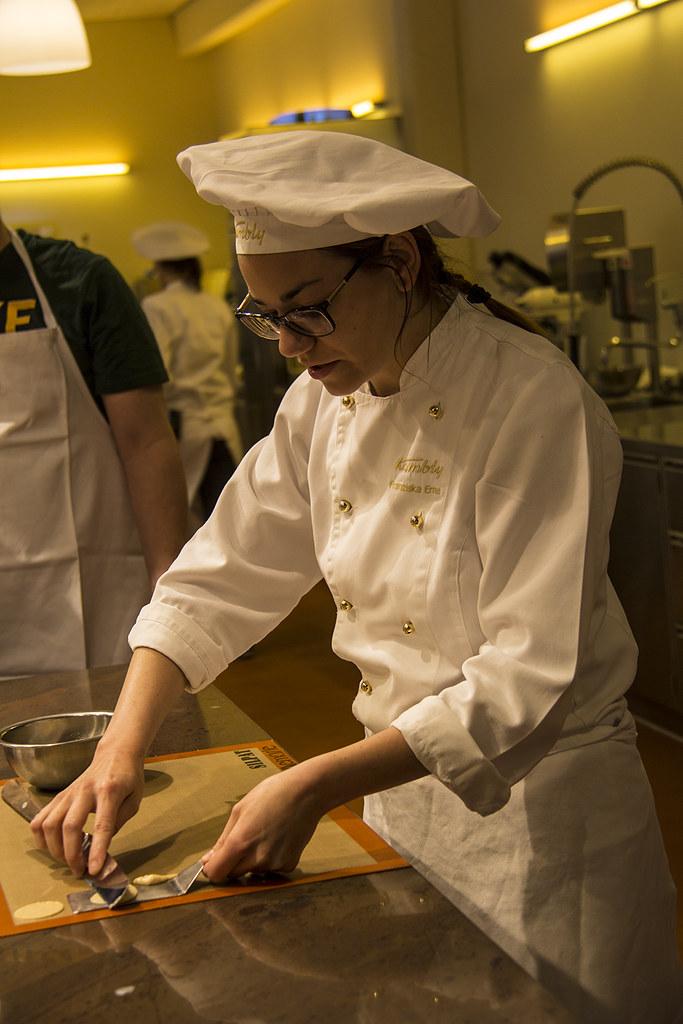Fazendo biscoito na Kambly - nossa instrutora ensinando o mandelcaramel