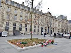 2016-02-06  Paris - Place de la rpublique - Caserne Jean Vrines - Le chne en hommage aux victimes de la barbarie islamo-fasciste, tues en 2015. (P.K. - Paris) Tags: paris february fvrier 2016 garderpublicaine
