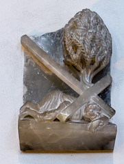 Jesus fllt zum dritten Mal unter dem Kreuz (wpt1967) Tags: church kirche dsseldorf stationsofthecross christus kirke alabaster kreuzweg canon50mm stlambertus station9 eos60d wpt1967 karlmatthuswinter