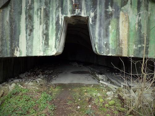 L'une des trois entrées de la base souterraine